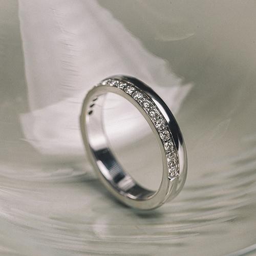 Кольцо «бриллиантовая дорожка»: вечная классика